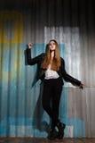 Modelo bonito no casaco de cabedal da rocha, composição escura da mulher da forma Olhar da forma da rua Penteado longo, cabelo re imagem de stock royalty free