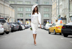 Modelo bonito novo no roupas de grife à moda imagens de stock