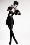 Modelo bonito que levanta como a rainha da xadrez - forme o tiro Foto de Stock Royalty Free