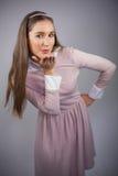 Modelo bonito relajado con el vestido rosado en besarse en la cámara Imagen de archivo libre de regalías