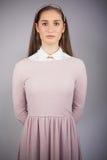 Modelo bonito serio con el vestido rosado en la presentación Fotografía de archivo libre de regalías