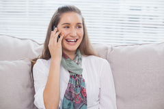 Modelo bonito sonriente que tiene una llamada de teléfono Imagen de archivo libre de regalías