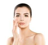 Modelo bonito Woman dos termas com a pele saudável que toca em sua mão seu Fac fotografia de stock