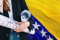 Modelo bosniano da terra arrendada da mulher do arquiteto contra o fundo de ondulação da bandeira de Bósnia - de Herzegovina Conc imagens de stock