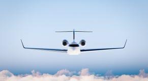 Modelo branco do avião de Matte Luxury Generic Design Private da foto no céu azul Modelo claro isolado no fundo borrado Imagem de Stock Royalty Free