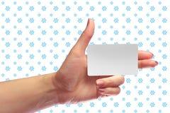 Modelo branco do cartão da placa fêmea da posse da mão SIM Christmas Gift Cartão da loja da lealdade Bilhete plástico do transpor Foto de Stock Royalty Free