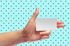 Modelo branco do cartão da placa fêmea esquerda da posse da mão SIM Christmas Gift Cartão da loja da lealdade Bilhete plástico do Foto de Stock Royalty Free