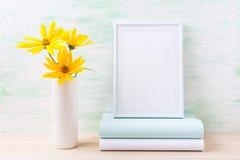 Modelo branco do quadro com o rosinweed e os livros amarelos dourados Imagens de Stock Royalty Free