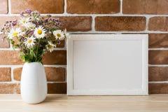 Modelo branco do quadro da paisagem com o ramalhete dos wildflowers no denominado Fotografia de Stock Royalty Free