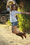 Modelo branco fêmea bonito que salta como um cowgirl Fotos de Stock
