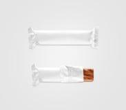 Modelo branco vazio da película de plástico da barra de chocolate isolado foto de stock
