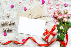 Modelo branco vazio do cartão com o ramalhete cor-de-rosa das rosas Imagem de Stock