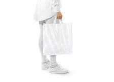Modelo branco vazio do saco de plástico que guarda a mão foto de stock royalty free