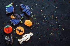 Modelo brillante de las galletas del pan de jengibre de Halloween en copyspace negro de la opinión superior del fondo Fotografía de archivo libre de regalías