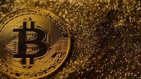 Modelo brillante Falls de Bitcoin abajo en macro de oro de la arena almacen de video