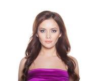 Modelo Brunette Girl Portrait da mulher da beleza isolado em um fundo branco. Fotos de Stock