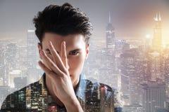 Modelo carismático que mantém os dedos na frente de sua cara Foto de Stock Royalty Free