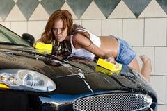 Modelo castanho-aloirado na lavagem de carro Imagem de Stock