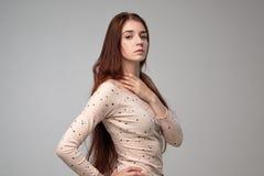 Modelo caucásico de la mujer con el pelo del jengibre que presenta dentro Foto de archivo libre de regalías