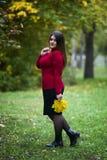 Modelo caucásico hermoso joven del tamaño extra grande en jersey rojo al aire libre, mujer del xxl en la naturaleza, atmósfera de foto de archivo