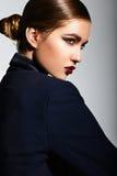 Modelo caucásico moreno elegante atractivo de la mujer joven con maquillaje verde claro, con los labios rojos, con la piel limpia  Fotografía de archivo libre de regalías