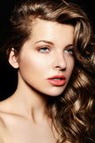 Modelo caucasiano moreno à moda 'sexy' da jovem mulher com composição brilhante, com cabelo healty encaracolado com os bordos gran Imagem de Stock Royalty Free