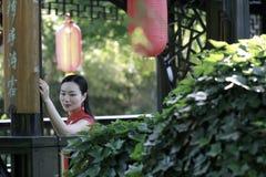Modelo chinês do cheongsam no jardim clássico chinês fotos de stock royalty free
