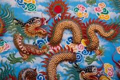 Modelo chino del dragón en la pared roja Fotografía de archivo