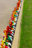 Modelo colorido da galinha na rua Foto de Stock