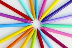 Modelo colorido de creyones en un fondo blanco Foto de archivo libre de regalías