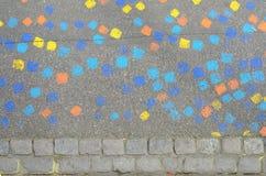 Modelo colorido de cuadrados pintados en una calle Foto de archivo