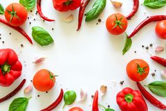 Modelo colorido de los ingredientes de la pizza hecho de tomates, de pimienta, del chile, del ajo y de la albahaca en el fondo bl foto de archivo