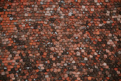Modelo colorido de tejas en el tejado Textura medieval de las tejas de tejado del castillo Foto de archivo libre de regalías