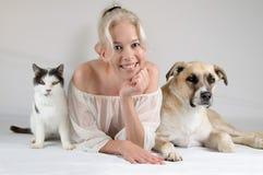 Modelo com animais de estimação Fotos de Stock