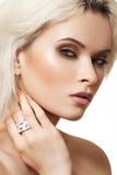 Modelo com composição da forma, jóia da mulher do encanto Fotos de Stock