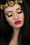 Modelo com composição na coroa dourada Fotografia de Stock Royalty Free
