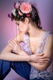 Modelo com design floral cor-de-rosa Imagens de Stock Royalty Free