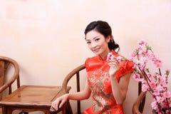 Modelo com flores Fotografia de Stock Royalty Free