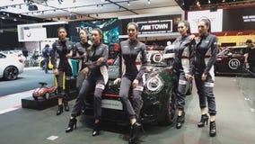Modelo com o carro de Mini Cooper na exposição na 35a expo internacional do motor de Tailândia vídeos de arquivo