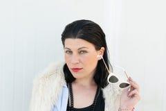 Modelo com o retrato dos olhos verdes com roupa moderna da forma fotos de stock