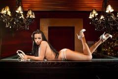 Modelo com os auscultadores retros que encontram-se na barra Fotos de Stock Royalty Free
