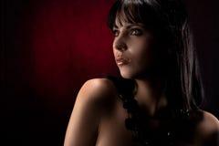 Modelo com os grânulos pretos na garganta Imagens de Stock Royalty Free