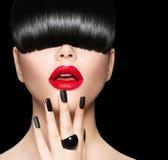 Modelo com penteado na moda, composição e tratamento de mãos Imagens de Stock Royalty Free