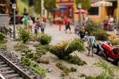 Modelo com povos, carro, trilhas de estrada de ferro, grama foto de stock royalty free