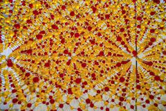 Modelo com modelo vermelho e amarelo pequeno do átomo das batidas imagens de stock