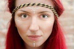 Modelo comercial do hippy com cabelo vermelho Fotos de Stock