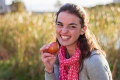 Modelo comiendo una manzana Imagen de archivo