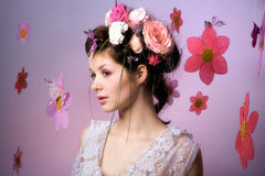 Modelo con diseño floral rosado Fotos de archivo libres de regalías