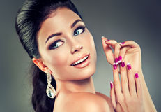 Modelo con el esmalte de uñas de moda Fotos de archivo