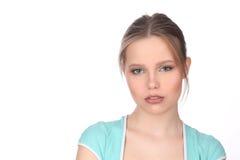 Modelo con el maquillaje que lleva la camiseta azul Cierre para arriba Fondo blanco Fotografía de archivo libre de regalías